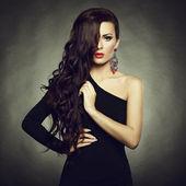 Portret piękna brunetka kobieta w czarnej sukni — Zdjęcie stockowe