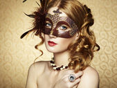 Beautiful young woman in brown mysterious venetian mask — Foto de Stock