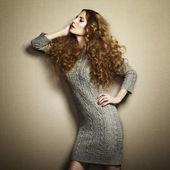 Portret van mooie vrouw in gebreide jurk — Stockfoto