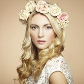 Retrato de una bella mujer rubia con flores en el pelo — Foto de Stock