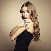 Retrato de mujer hermosa rubia vestida de negro — Foto de Stock