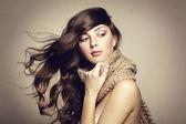 Retrato de una bella mujer joven con bufanda — Foto de Stock