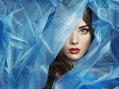 Moda fotografia piękne kobiety pod zasłoną niebieski — Zdjęcie stockowe
