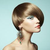 Porträtt av vacker ung kvinna med örhänge — Stockfoto