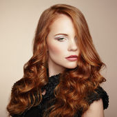 肖像年轻漂亮的女人和卷曲的头发 — 图库照片