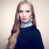 Foto schöne frau mit wunderschönen haaren. perfekte make-up — Stockfoto