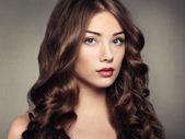 Retrato jovem linda mulher com cabelos cacheados — Foto Stock