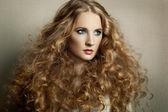巻き毛の肖像若い美しい女性 — ストック写真