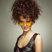 Portrait de la belle femme à lunettes de soleil sur fond blanc — Photo