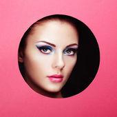концептуальный салон красоты портрет красивой молодой женщины — Стоковое фото