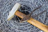 Taggtråd, en hammare och tång — Stockfoto