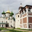 Bell tower and the Spaso-Preobrazhensk y Cathedral in Suzdal — Stock Photo