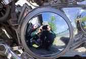 Dwóch motocyklistów są odzwierciedlane w świetny silnik — Zdjęcie stockowe