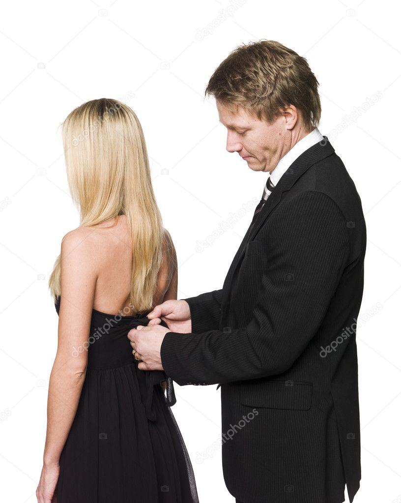 男人帮女人穿衣服