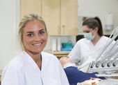 Dentista sorridente — Foto Stock