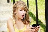 Rubia joven sorprendido leyendo el texto — Foto de Stock