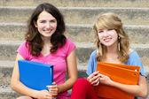 Dos estudiantes en la escuela sonriendo — Foto de Stock