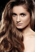 Salud, belleza, bienestar, cuidado del cabello, cosméticos y maquillaje. moda hermoso peinado. modelo de mujer con pelo largo volumen brillante y maquillaje de noche — Foto de Stock