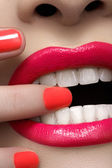 Close-up of woman's lips with fashion hot pink lipstick makeup. Beauty macro sexy make-up with bright magenta color on nails — Stock Photo