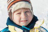 Portrait de garçon en chiffons d'hiver à l'extérieur — Photo