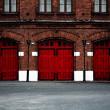 Пожарная станция с красными дверями — Стоковое фото