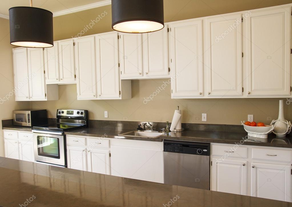 Bonita cocina con gabinetes blancos fotos de stock for Gabinetes de cocina blancos