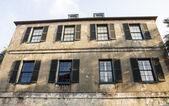 老膏药楼断的百叶窗 — 图库照片