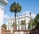 Klasický vládní budova za stará cihlová zeď — Stock fotografie