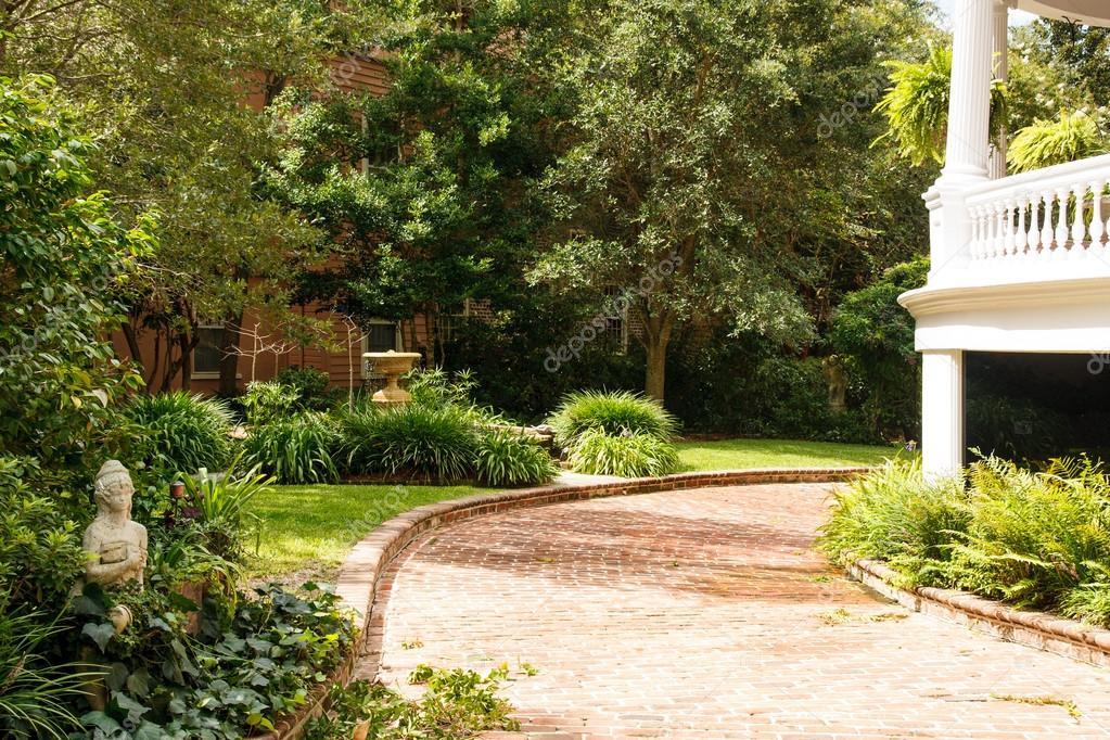 All e de briques devant jardin paysager photographie for Devant de maison paysager