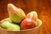 Färska päron i skål — Stockfoto