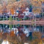 Nice House on Shore of Calm Lake — Stock Photo