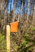 Gaiola de madeira nova na floresta — Foto Stock