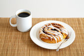 Cinnamon Roll and Coffee — Stock Photo