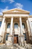 Kroki do gmachu sądu old kamień z kolumny — Zdjęcie stockowe