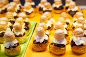 Bladerdeeg met chocolade en vanilla suikerglazuur — Stockfoto
