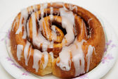 Fresh Cinnamon Roll on Paper Plate — Stock Photo