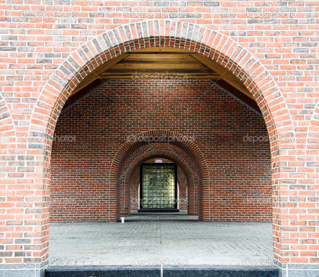 #AD4A1E Janela do bloco de vidro através de arcos de tijolo — Fotografia de  80 Janelas De Vidro Em Arco