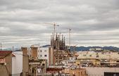Iglesia antigua más allá del horizonte de barcelona — Foto de Stock