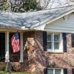 Amerikaanse vlag op bakstenen huis — Stockfoto