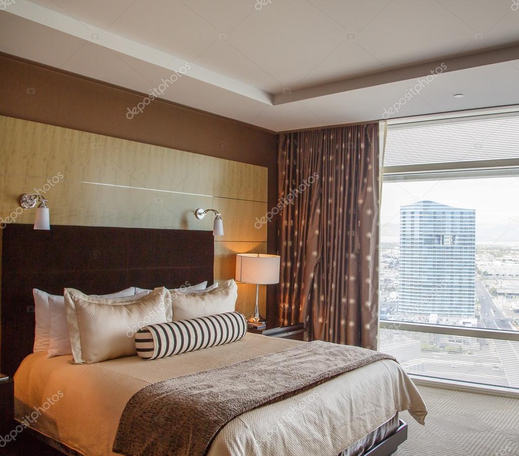 NCE letto nella camera d'albergo di lusso — Foto Stock © dbvirago ...