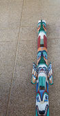 Totem Pole Against Aggregate Wall — 图库照片