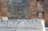 Spricka genom latinska bokstäver — Stockfoto