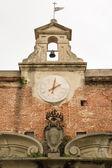 Coronado cresta bajo reloj y el campanario — Foto de Stock