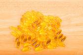 Gel-kapseln auf holztisch — Stockfoto