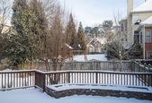Snö i ryggen gårdar av bostäder — Stockfoto