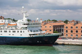 Small Cruise Ship in Venice — Stockfoto