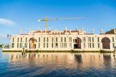 Yellow Crane Over Pink Building Under Blue Sky — Stock Photo