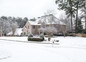 Grote bakstenen huis in de sneeuw — Stockfoto