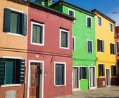 Röd grön och gul hem i burano — Stockfoto