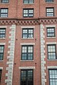 Viejo edificio de ladrillo con travesaños de granito — Foto de Stock